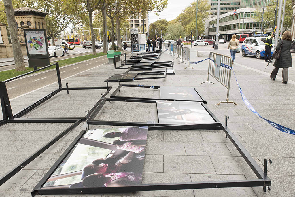 """El viento obliga a desmontar la exposición fotográfica """"Caminos del exilio"""", instalada en el bulevar de Gran Vía"""