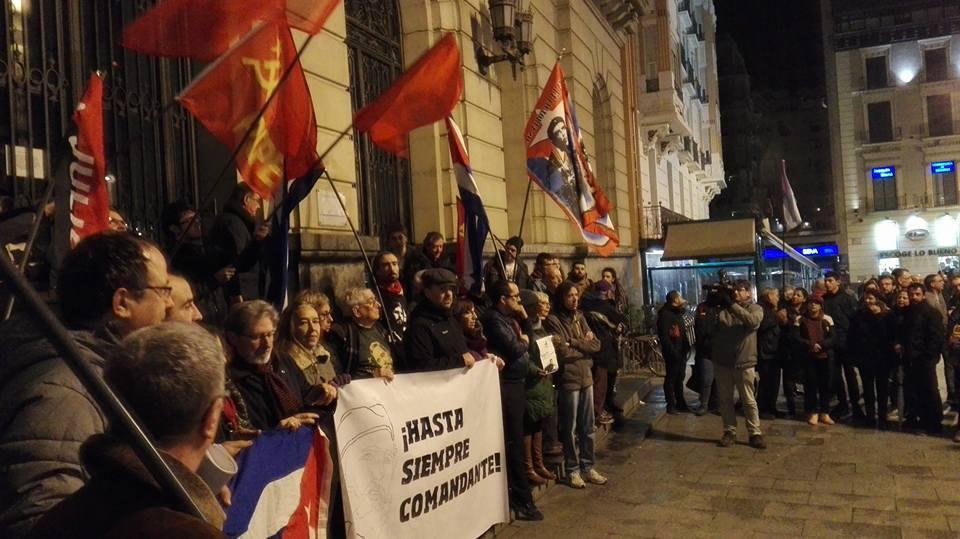 Unas 150 personas homenajean a Fidel Castro en Zaragoza