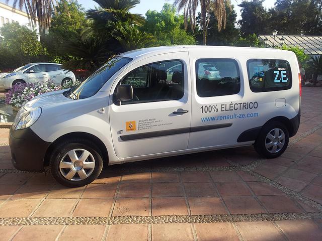 La concejalía de Movilidad se compromete con los y las usuarias a promover el vehículo eléctrico