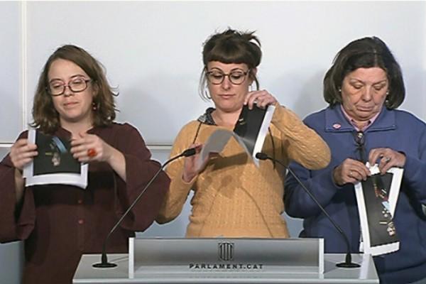Diputades de la CUP van estripar fotografies de Felip VI ahir a la tarda al Parlament.