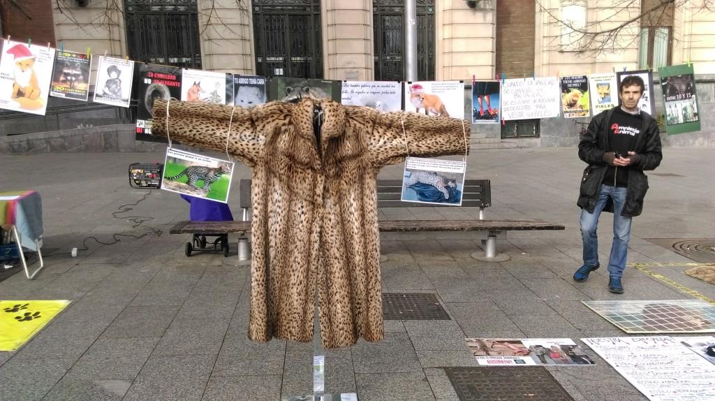 Amnistía Animal denuncia en Zaragoza el uso indiscriminado de pieles de animales