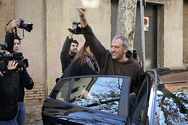 Els mossos i la policia nacional espanyola detenen les cinc independentistes investigades per cremar fotos de Felip VI