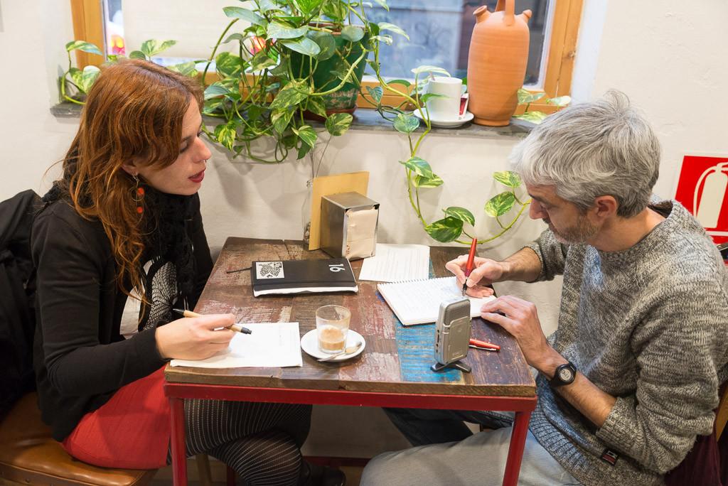 Lurdes y Félix durante la entrevista en La Ciclería. Foto: Pablo Ibáñez (AraInfo)