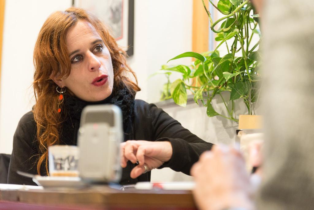 Lurdes durante la entrevista con Félix Rivas. Foto: Pablo Ibáñez (AraInfo)