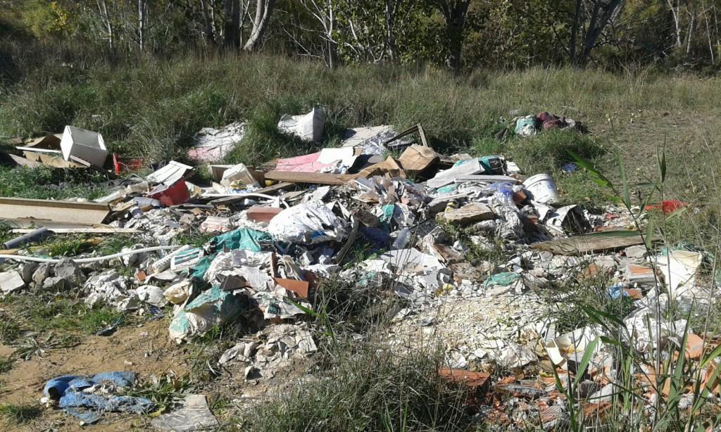 Limpian y acondicionan un vertedero ilegal en la carretera que une Fraga y Massalcoreig después de una denuncia de IU