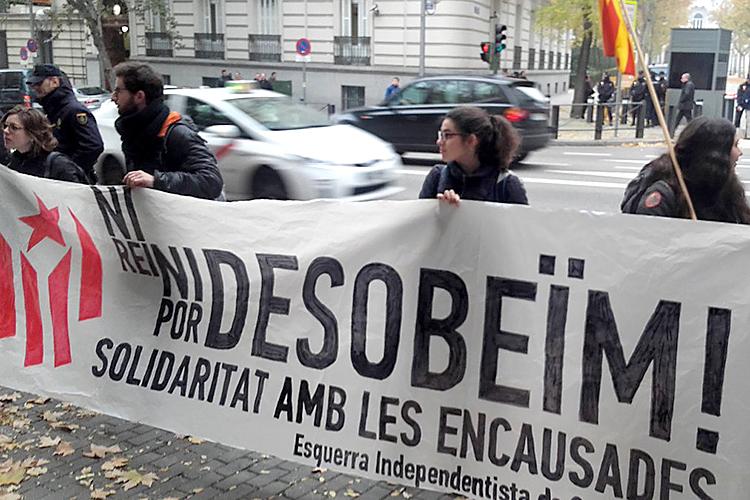 Les cinc investigades per cremar fotos del rei es neguen a declarar a l'Audiència Nacional espanyola