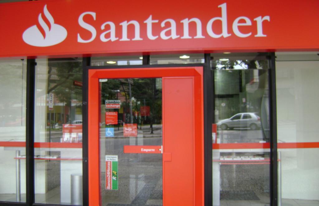 Una protesta contra el Banco Santander inicia una serie de acciones por el clima en el Estado español