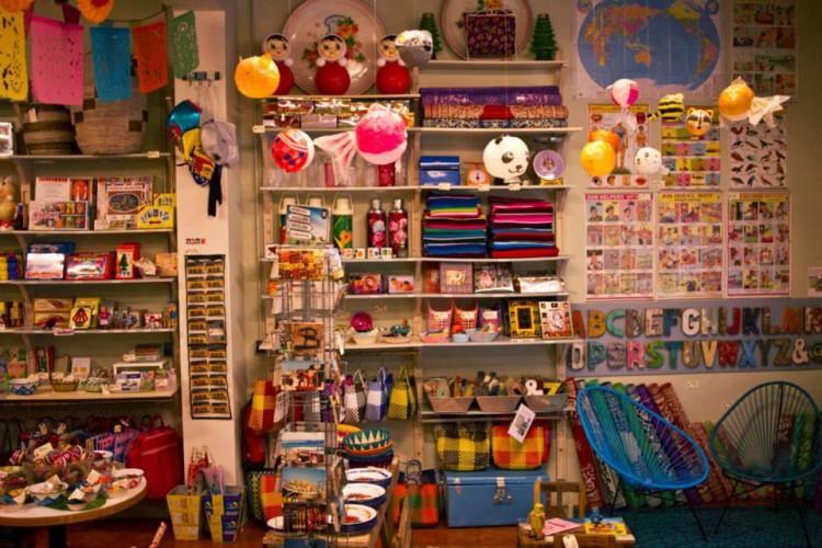 El colectivo HU-Entiende LGTB organiza una campaña informativa y de sensibilización contra los juguetes sexistas