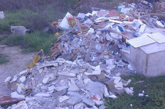 IU denuncia la existencia de un vertedero ilegal en el casco urbano de Fraga