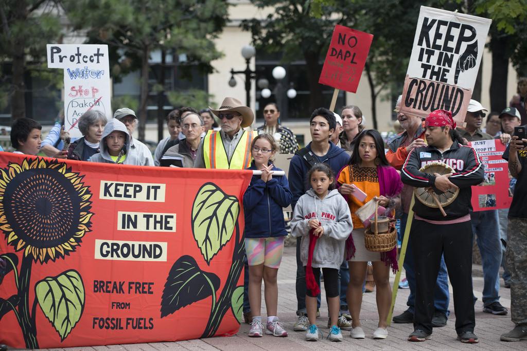 Se entregan 700.000 firmas para exigir al BBVA que deje de financiar el calentamiento global y la vulneración de derechos humanos