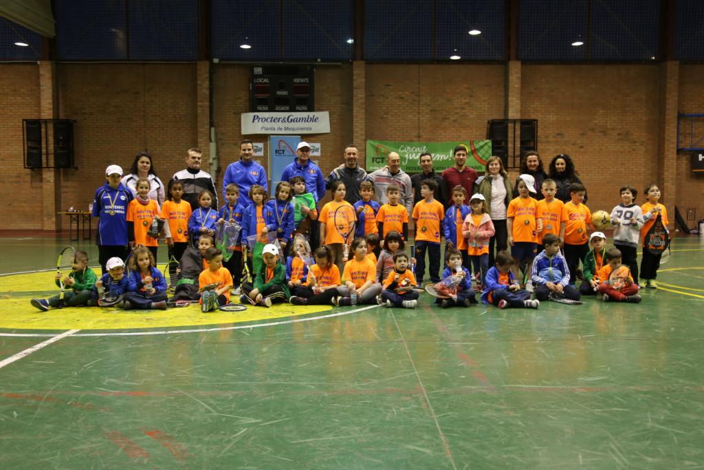 La primera jornada del Circuit de Minitennis celebrada en Mequinensa reúne a 40 tenistas infantiles