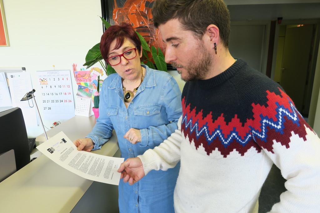 Los diputados por Podemos, Marta Prades y Nacho Escartín, presentando la solicitud para la creación de una comisión especial de despoblación.