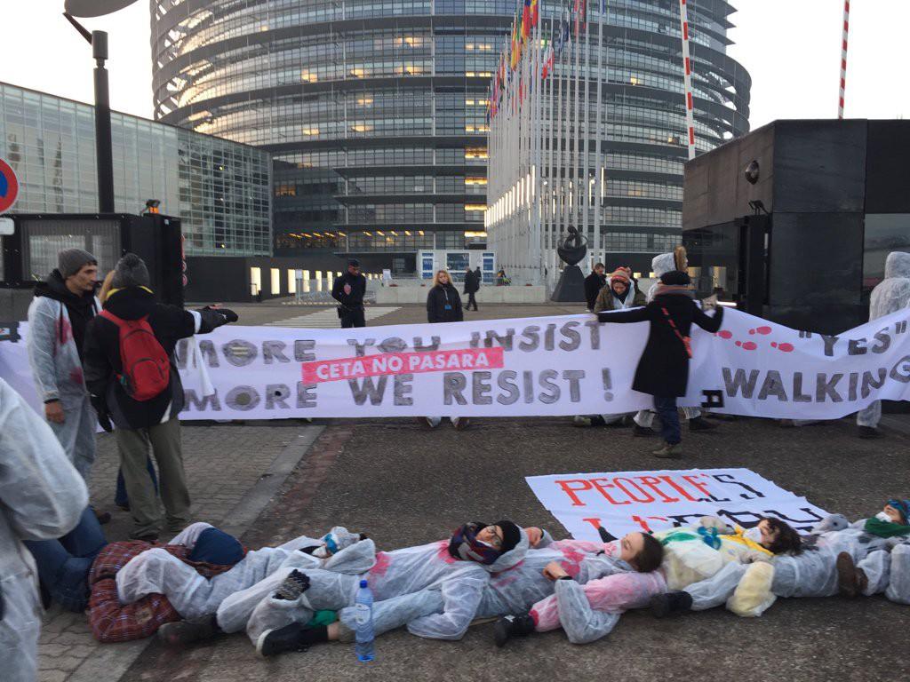 El Parlamento Europeo aprueba el CETA entre protestas ciudadanas