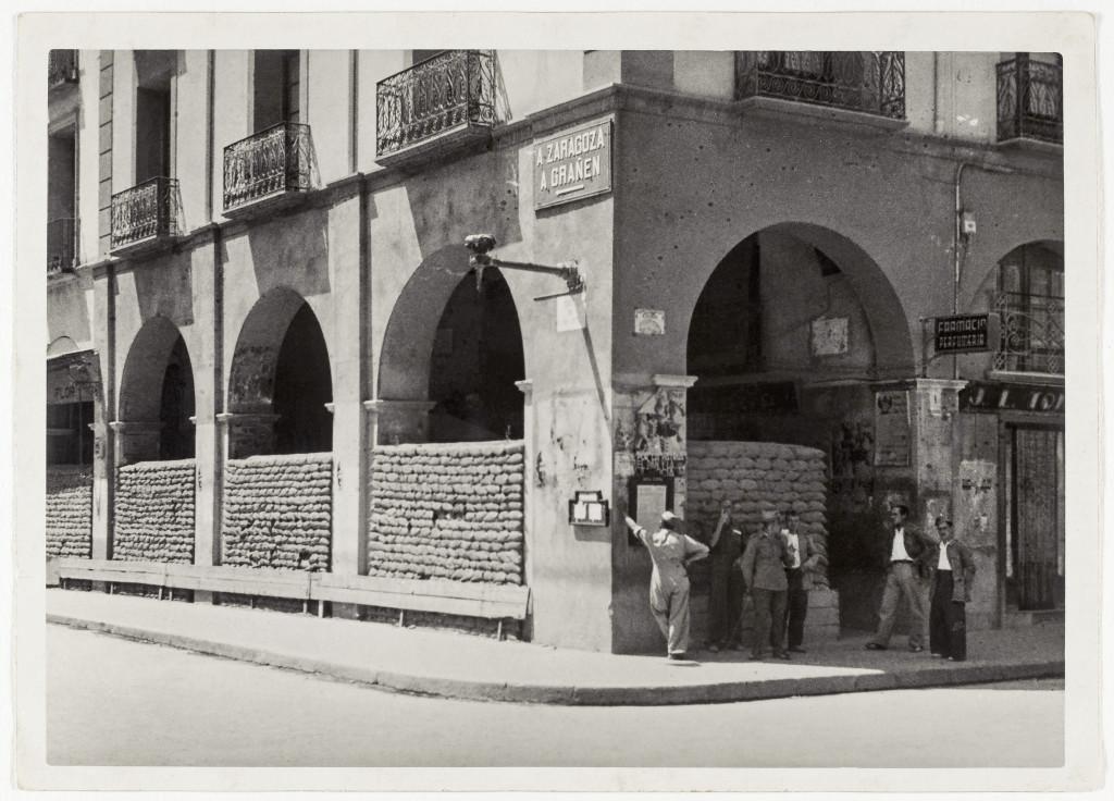 Protección con sacos terreros en el centro de la ciudad de Uesca 1937-1938. Foto: Biblioteca Nacional.