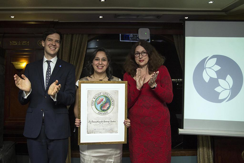 Con prohibición de viajar, Mozn Hassan, feminista egipcia, recibe 'Nobel Alternativo' en El Cairo