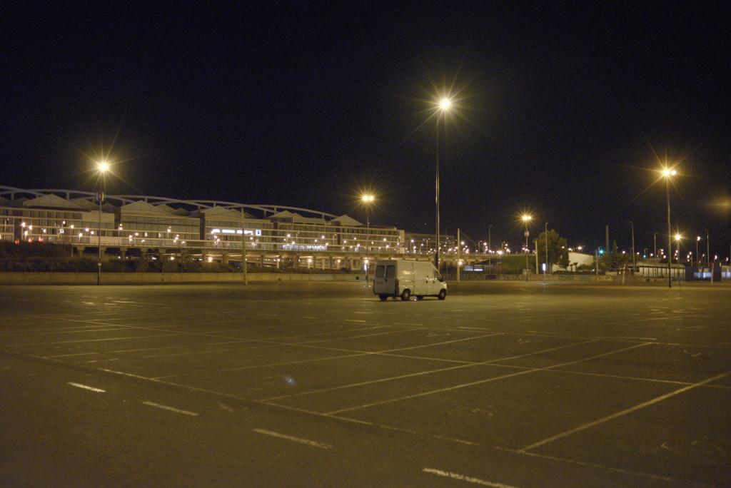 La campa del parking sur de la Expo, vacía, tras la intervención policial. Foto: Pablo Ibáñez (AraInfo).