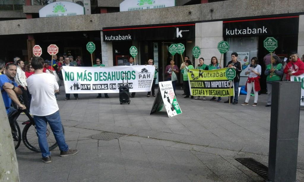 Concentración de apoyo en la sede de Kutxabank para evitar un desahucio