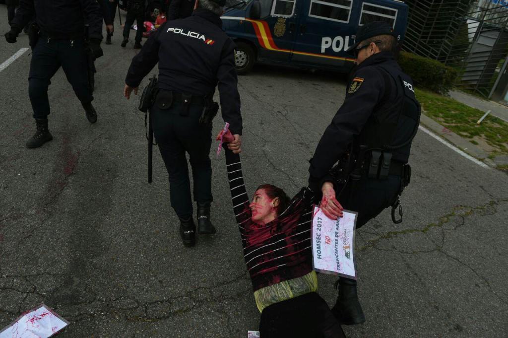 20 activistas detenidos tras una acción en la inauguración de la feria de armas HOMSEC