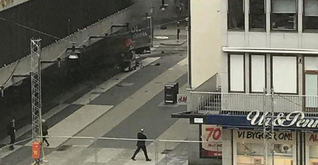 Varias personas muertas y heridas tras arrollar un camión a una multitud en el centro de Estocolmo