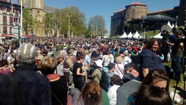 """20.000 personas, según los """"artesanos de la paz"""", han participado en los actos de Baiona. Foto: AraInfo"""