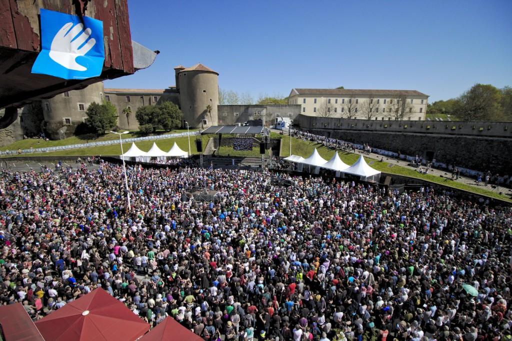 Miles de personas celebran el desarme de ETA en Baiona