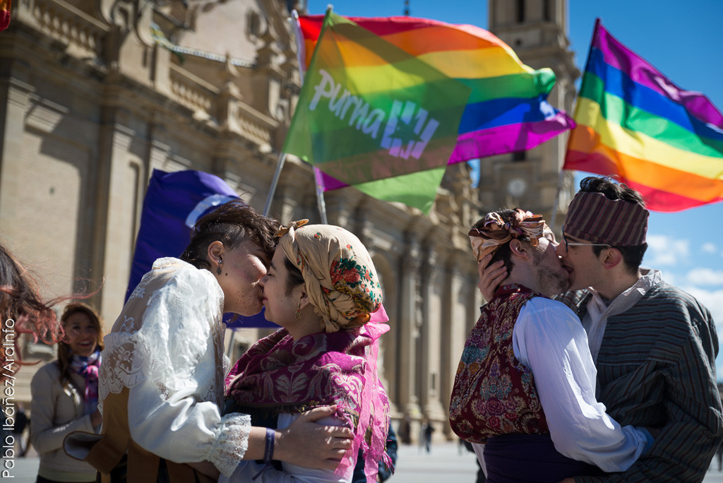 Besada sexodisidente en Zaragoza, como culminación a las Jornadas LGTB organizadas por Purna