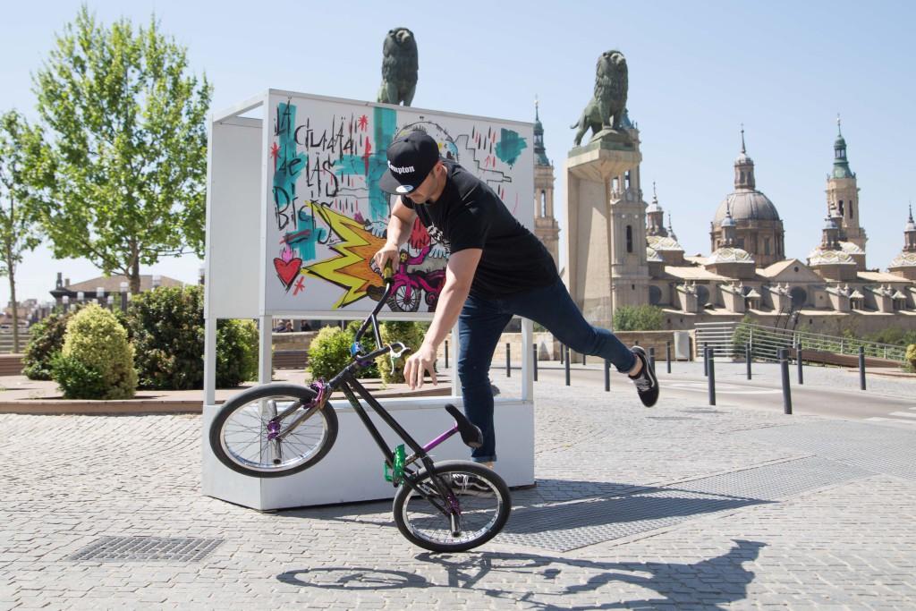 Comienzan a instalarse las obras de 'El Pelotón Ciclista. La exposición que se recorre en bici'