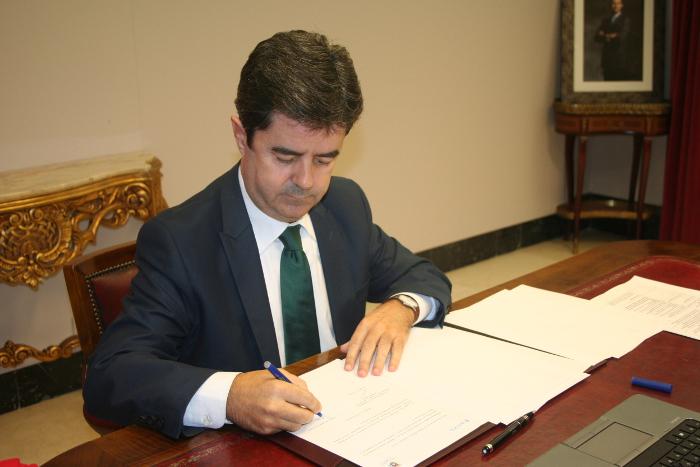 """Con Huesca """"felicita"""" al alcalde """"por la diligencia"""" en la retirada de los carteles bilingües, y pregunta por una placa franquista"""