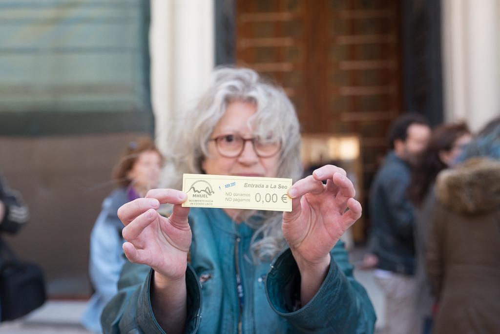"""MHUEL intenta sin éxito entrar a la catedral de La Seo al no pagar el """"donativo"""""""