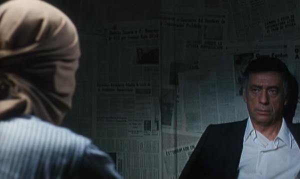 Yves Montand como Philip Michael Santore, en un fotograma de Estado de sitio, de Costa-Gavras.