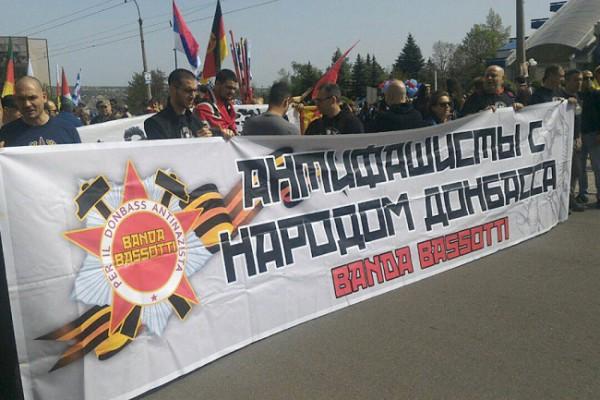 Delegación de la Caravana Antifascista en la última manifestación del Primero de Mayo en Donetsk.