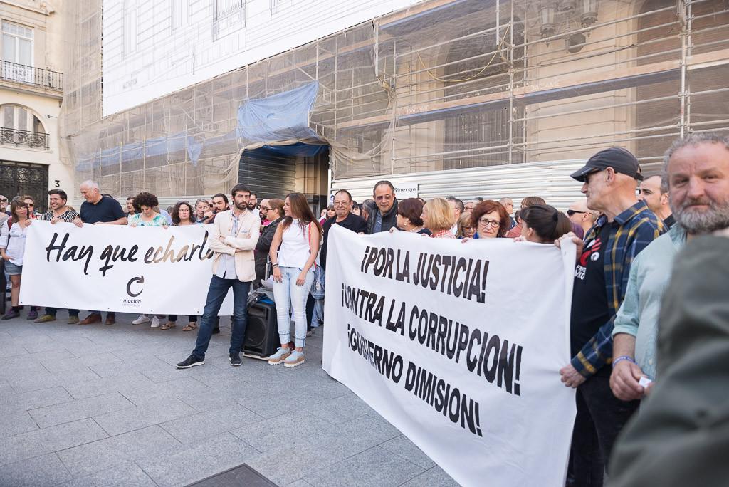 Miles de personas se concentran para mostrar su apoyo a la moción de censura contra Mariano Rajoy