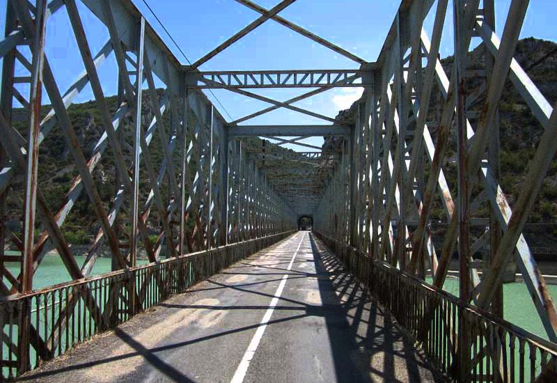 Reclaman actuaciones urgentes para revertir el deterioro del puente del pantano de La Peña