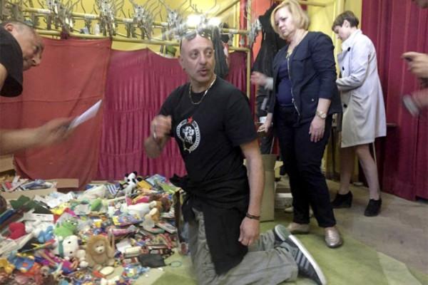 Un miembro de la Banda Bassotti con los juguetes recogidos para entregar a los niños y niñas acogidos en los orfanatos del Donbass.