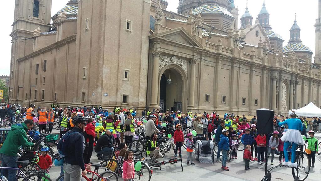 350 pequeños y grandes ciclistas reclaman espacio para las bicis en la XI Bicicletada Escolar de Zaragoza