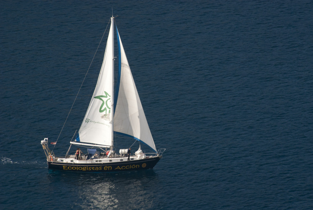 El velero de Ecologistas en Acción finaliza su campaña estival en el puerto de Cádiz