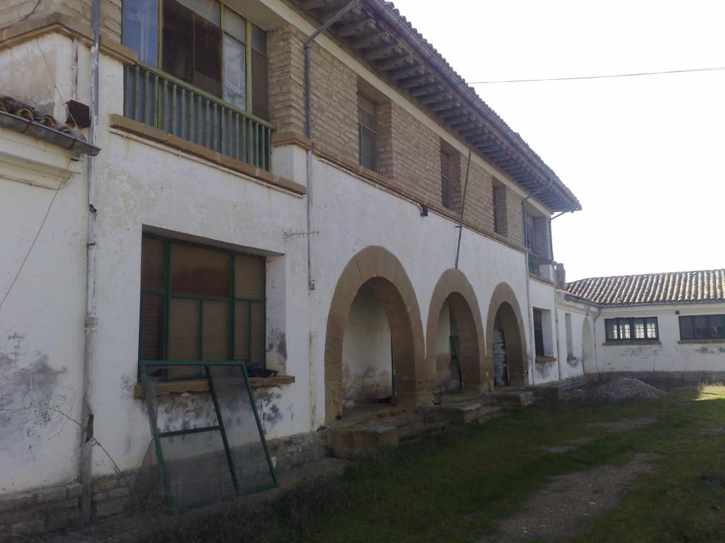 La CHE pretende derribar la Granja de Almudévar, en desuso desde hace años