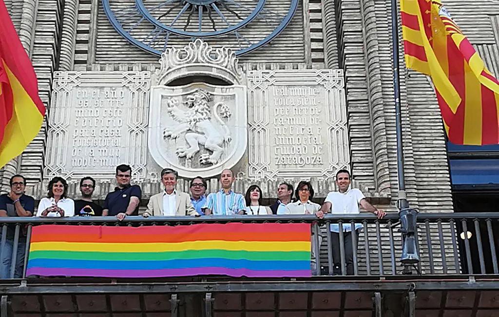Los Ayuntamientos de Zaragoza, Uesca y Teruel lucen la bandera LGBTIQ+