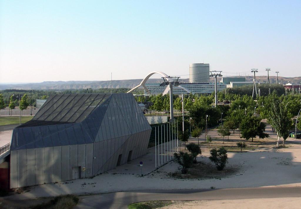 Instalaciones del teleférico abandonadas en Zaragoza.