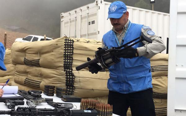 Miembros de la ONU recogen las armas de las FARC. Foto: @MisionONUCol
