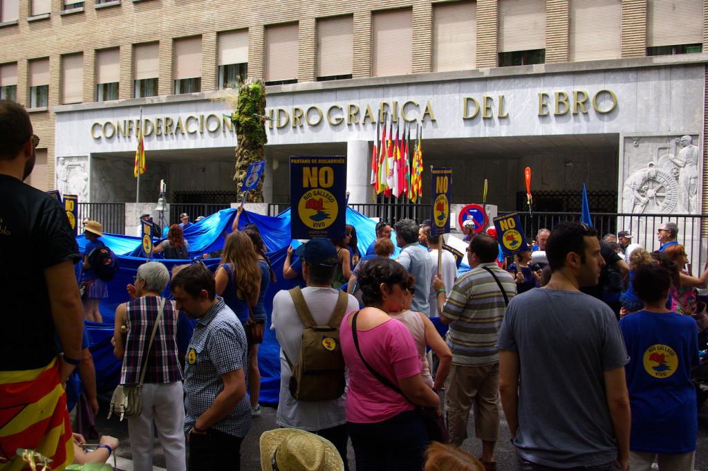 La Galliguera muestra su valentía contra el embalse de Biscarrués ante la CHE