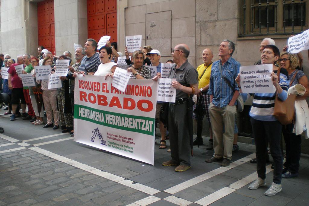 """Escrache en Iruñea a altos cargos eclesiásticos para que """"devuelvan todo lo inmatriculado"""""""