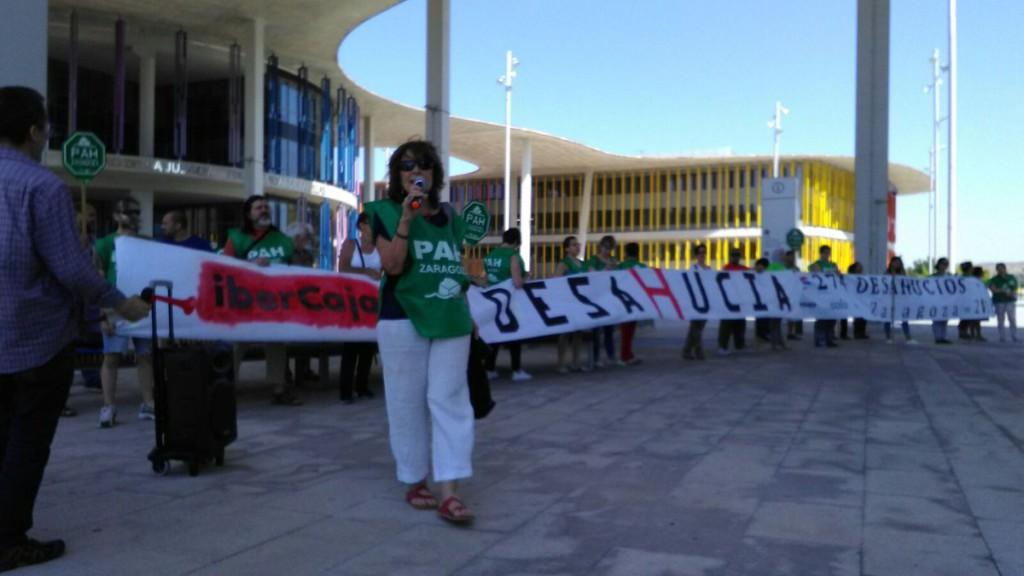 La PAH Zaragoza entrega 25 demandas de forma simultánea a Ibercaja por cláusulas abusivas
