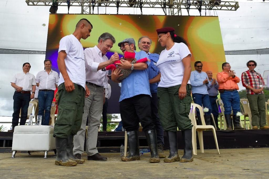 """Colombia celebra el """"adiós a las armas, adiós a la guerra, bienvenida la paz"""""""