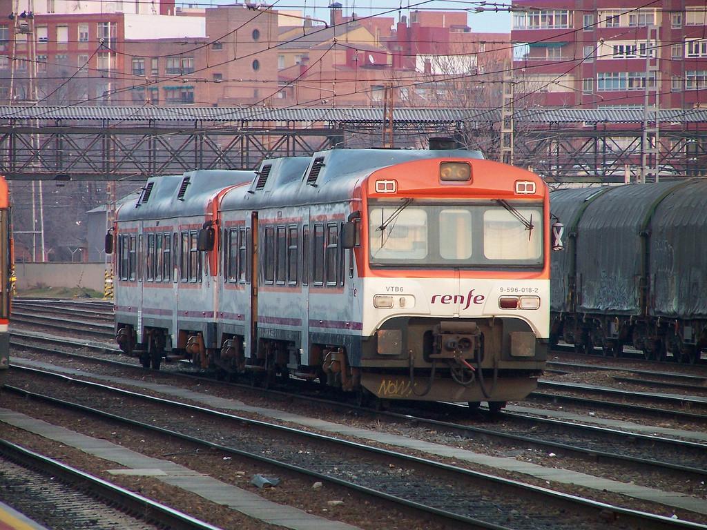 Graves incidencias en la línea de Canfranc: tren averiado y personas viajando de pie
