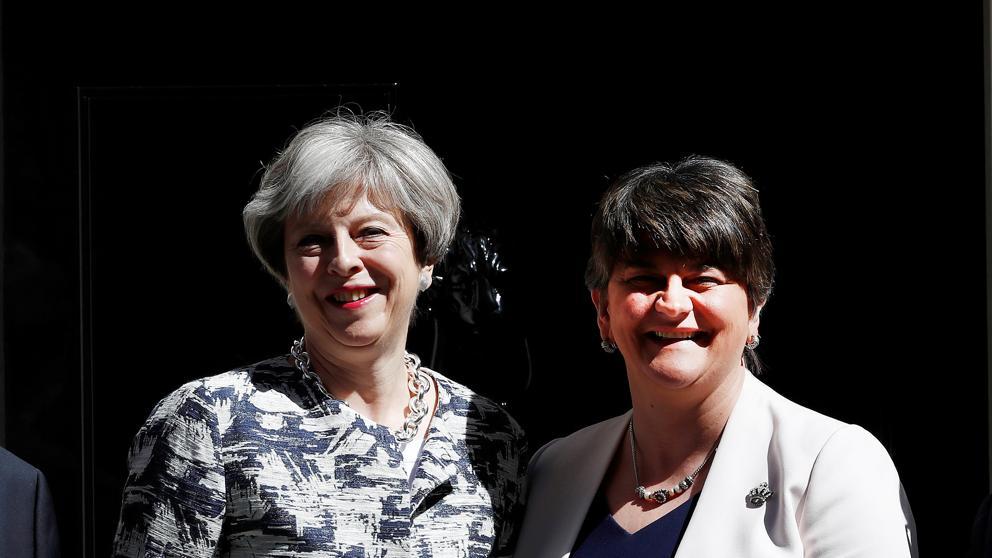 May cierra el acuerdo con el DUP, los unionistas del norte de Irlanda, para gobernar en minoría en el Reino Unido