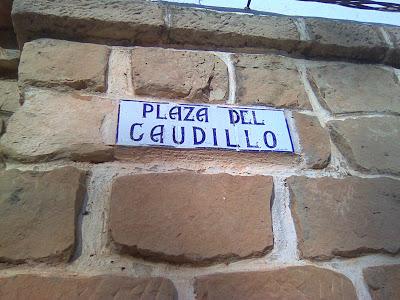 Placa de la Plaza del Caudillo de Valmuel. Foto: Ganar Alcañiz