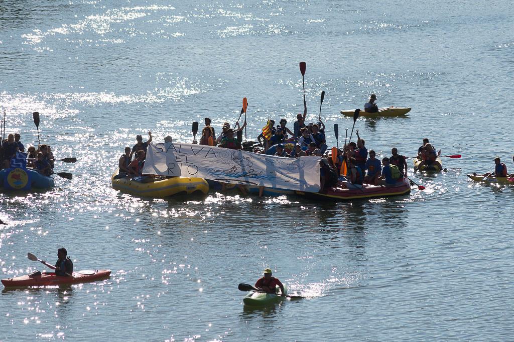 Miles de alegaciones en defensa de la Galliguera llegan en barca a Zaragoza
