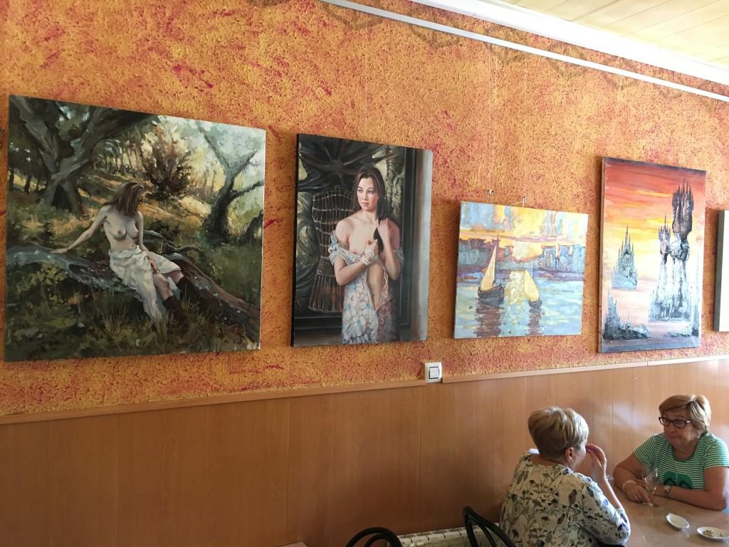 Arte y café se combinan una micro exposición del Grup d'Art de Mequinensa