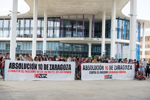 Concentración de apoyo en la puerta de los juzgados. Foto: AraInfo